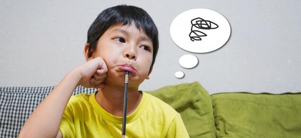 悩んでいる男の子の画像